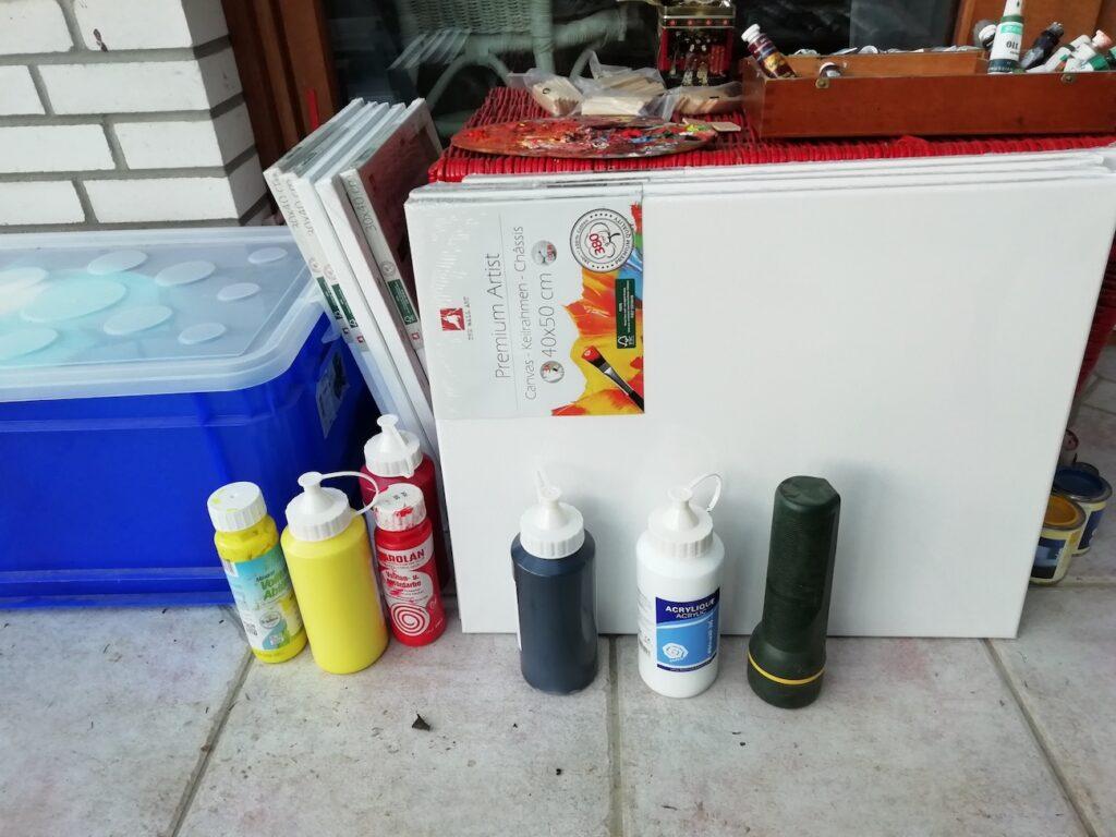 Farben und leere Leinwände im Atelier von Dr. Wurst